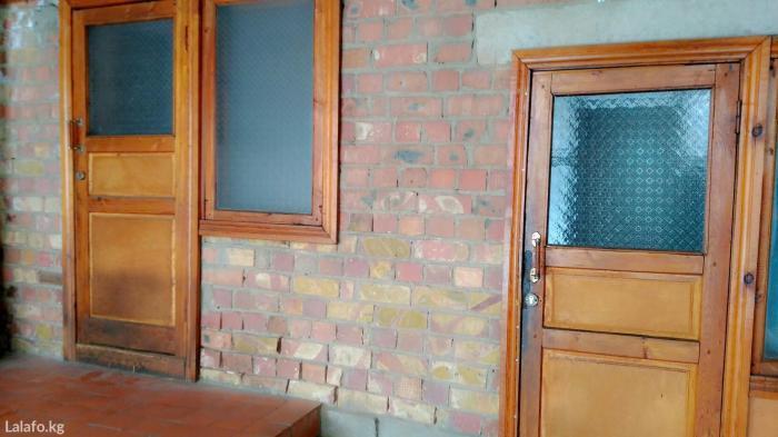 Продаю большой кирпичный дом в селе Сокулук,район 3школы,ходит транспо in Бишкек