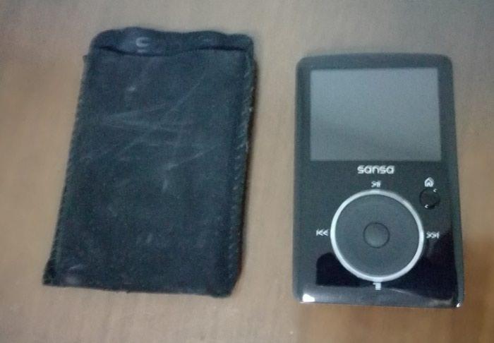 Πωλείται συσκευή αναπαραγωγής MP3 & MP4 Sandisk σε άριστη κατάσταση με χωρητικότητα 2GB αλλά και δυνατότητα επέκτασης της μνήμης με κάρτα μνήμης  micro SD!
