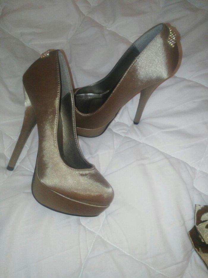 Elegantne satenske tamno zlatne cipele 36 broj, sa visokom stiklom na platformu, nosene jednom visina stikle 14cm imaju i masne koje sam skinula i stavila im cirkone ali se masne mogu ponovo zalepiti ako se nekome vise dopadaju tako
