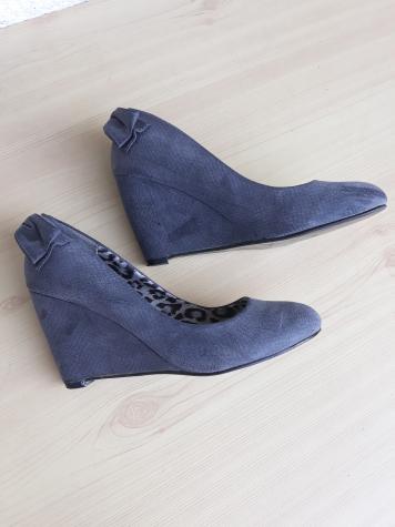 Sive, nove cipele, spojena peta, visina pete 7 cm, imaju mašnicu pozadi, divna kombinacija sa bilo kojom garderobom zbog sive boje